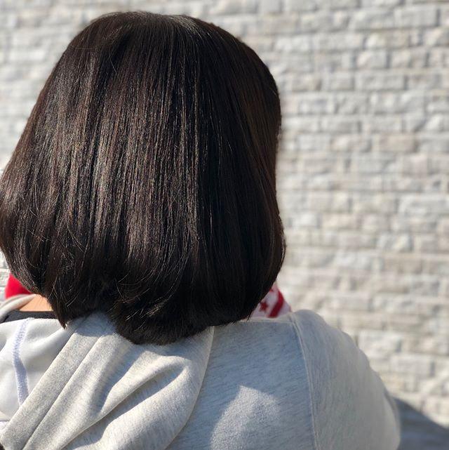 友達が髪の毛やりにきてくれました.カラーはスモーキーグレー ブリーチなしでもここまでグレー感出せます!室内だと暗く見えるので明るくできないっていうOLさん達にもオススメです😎️ #美容師#美容室#throw#throwcolor#ビューティーエクスペリエンス#アッシュ#グレー#ポートレート#写真#photo#OLさん#おすすめ#写真好きな人と繋がりたい